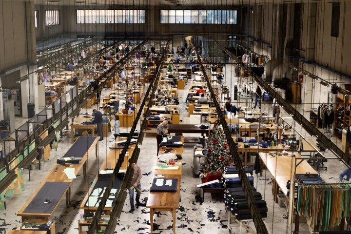 Vue d'ensemble de l'atelier de production de vestes et costumes faits à la main à Arzano (Naples) par les tailleurs Napolitains de Kiton. Kiton est la Maison de couture de tailleurs Napolitaine Kiton. Kiton a industrialisé le processus de création de costumes de tailleurs réalisés à la main.