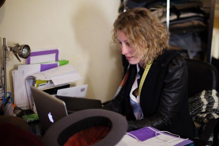 La chapelière sur mesure Pauline Brosset à son bureau.