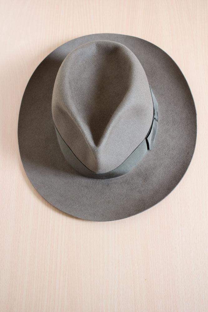 Chapeau en feutre de castor sur mesure marron realisé par la chapelière sur mesure Pauline Brosset.