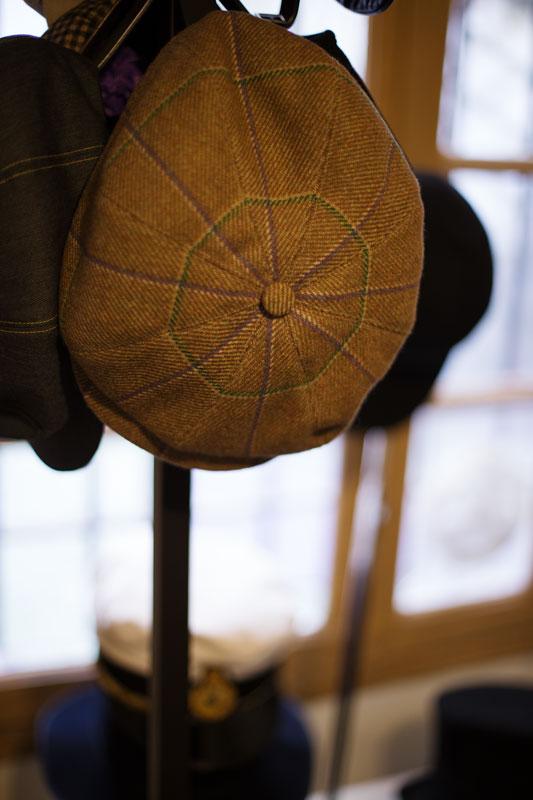 Casquette coppola sur mesure dans l'atelier de la chapelière sur mesure Pauline Brosset.