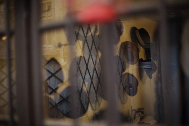 Vitrine de chapeaux dans l'atelier de la chapelière sur mesure Pauline Brosset.