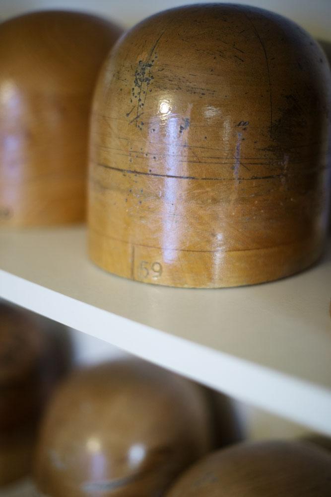 Formes permettant de mouler les chapeaux sur mesure de l'atelier de Pauline Brosset.