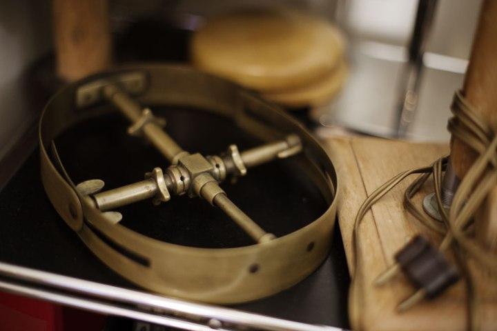 Outil de mesure de tour de tête de l'atelier de la chapelière sur mesure Pauline Brosset.