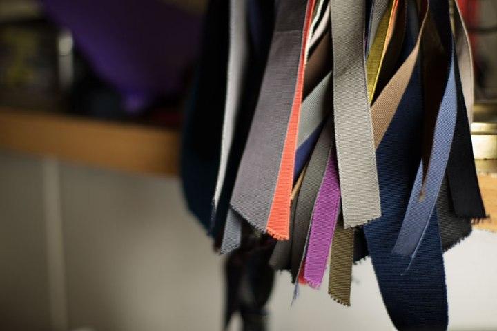 Rubans de couleurs appelés gros grains à destination de la réalisation de chapeaux sur mesure dans l'atelier de la chapelière Pauline Brosset.