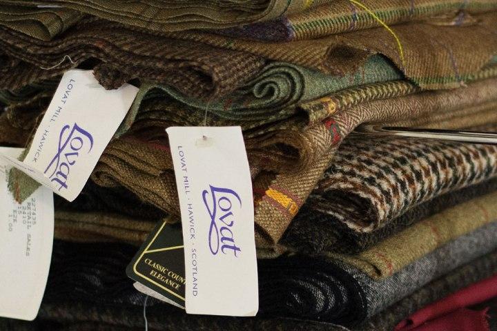 Tissus tweed écossais à destination de la réalisation de casquettes surmesure dans l'atelier de Pauline Brosset Chapelière.