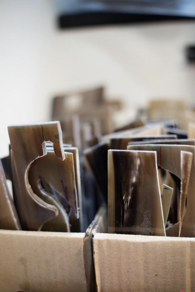 plaques-corne-lunettes-sur-mesure-ateliers-baudin