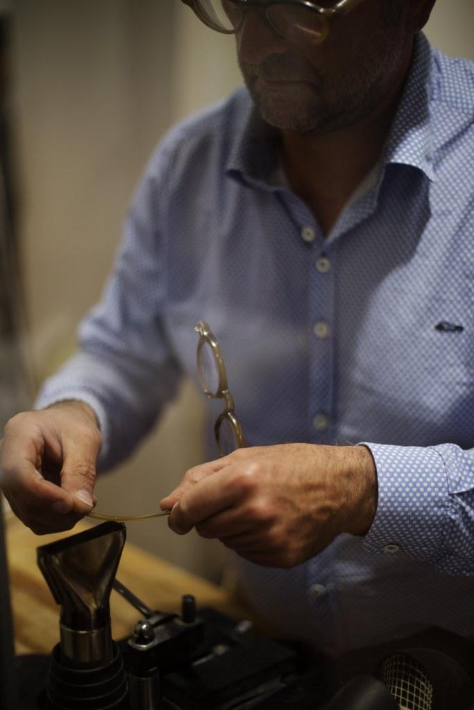 modelage-chaleur-lunettes-sur-mesure-ateliers-baudin