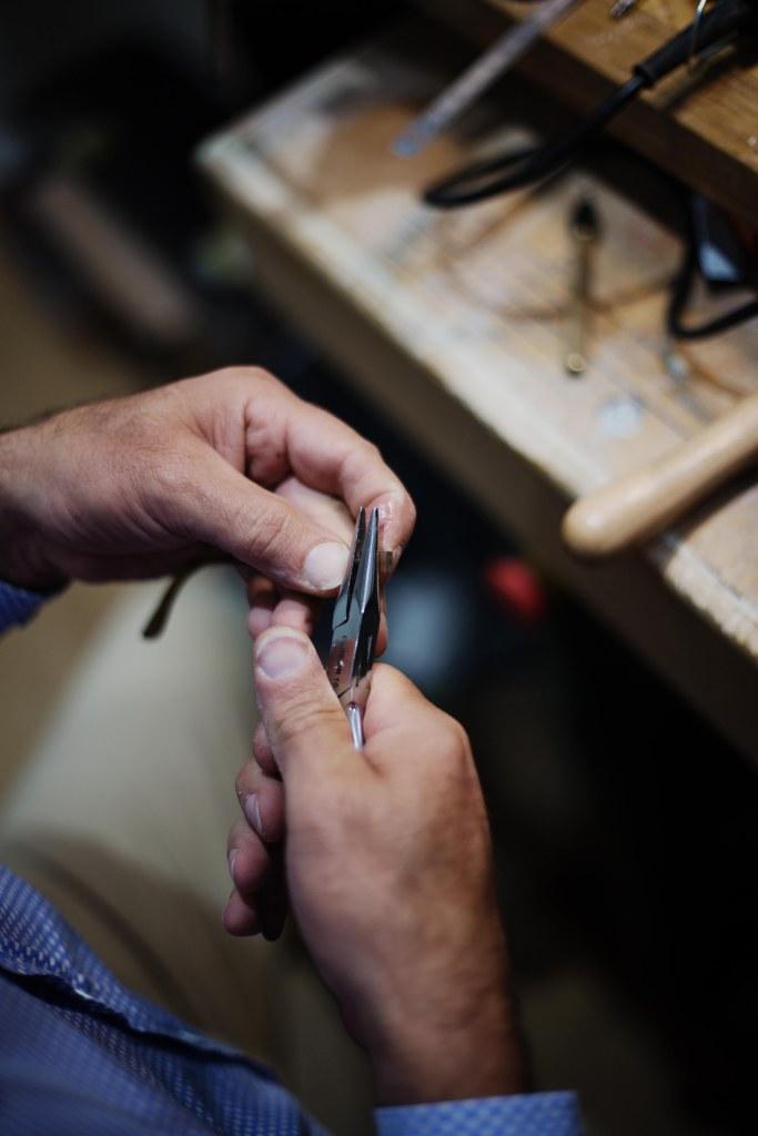 reglage-rivets-lunettes-sur-mesure-ateliers-baudin