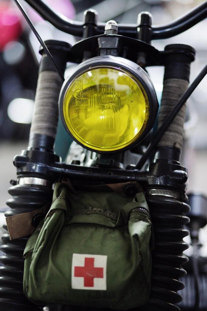 phare-moto-jaune-trousse-secours-medicale