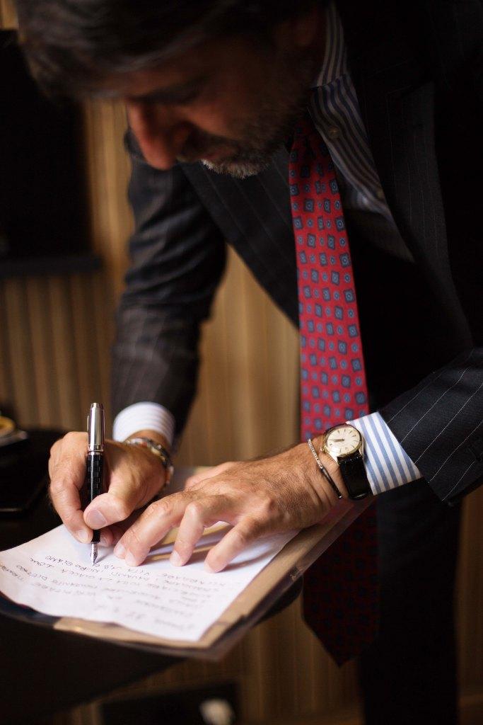 andrea-luparelli-sartoria-ripense-cravate-rouge-stylo-montblanc