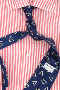 Chemise sartoriale luxe homme Butticé Paris Naples coton et lin à rayures framboises et cravate bleue triangles jaunes.