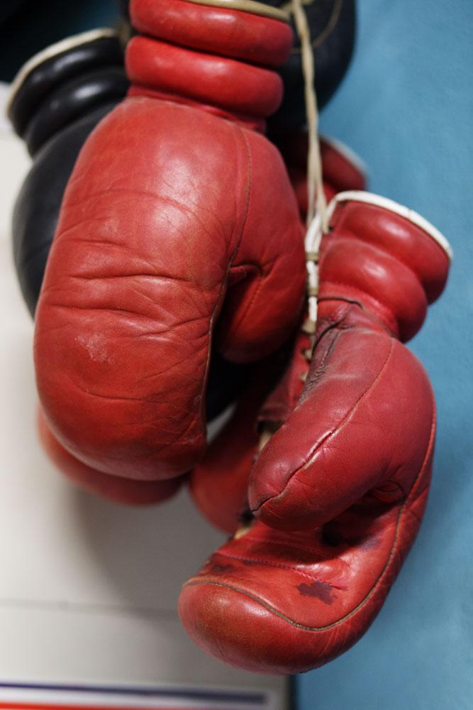 Anciens gants de boxe anglaise dans le bureau de Frédéric Esther, ancien boxeur de l'équipe de France à l'insep.