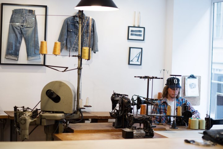 Arthur Leclercq de la boutique de réparation de denim à Paris SuperStitch et sa machine Union Special