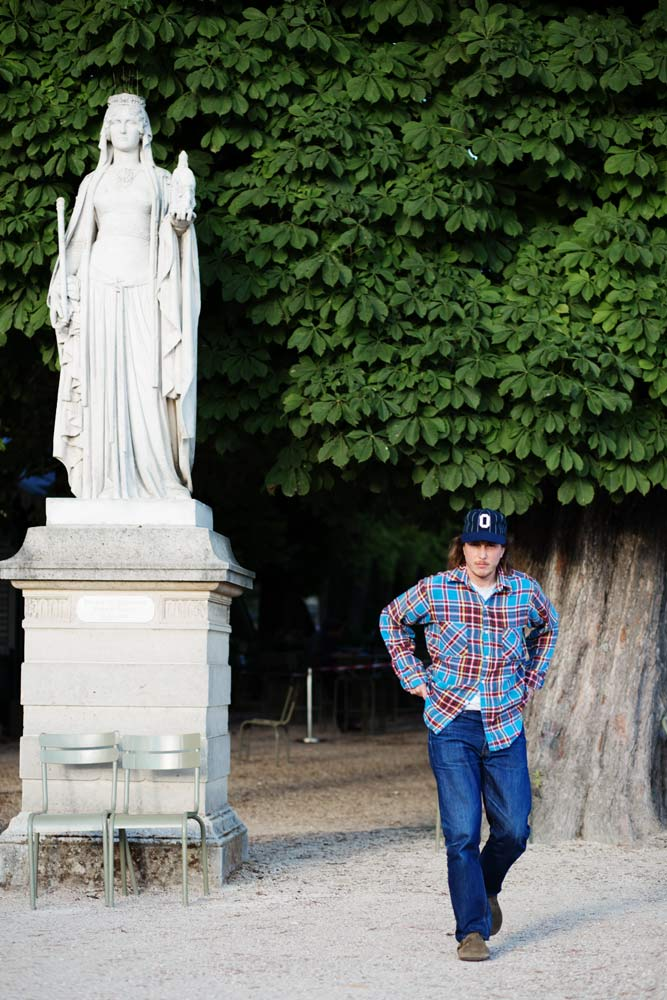 Arthur Leclercq de la boutique de réparation de denim à Paris SuperStitch au jardin du Luxembourg