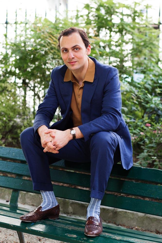 Stéphane Butticé en costume croisé bleu en lin l'Officine Paris et mocassins tressés Sartoria Ripense