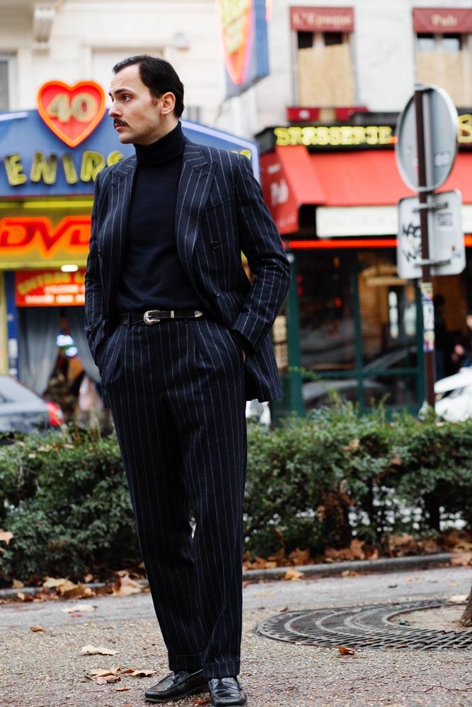 Stéphane Butticé en costume croisé en flanelle à rayures tennis l'Officine Paris, mocassins Wejuns Bass & Co et ceinture western AW Cooper