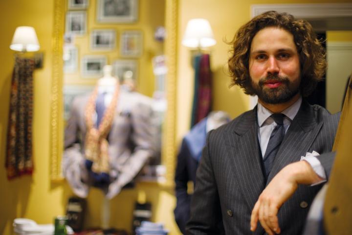 Victor Pandraud fondateur de la boutique de prêt-à-porter masculin élégant et intemporel l'Officine Paris en costume croisé à rayures tennis