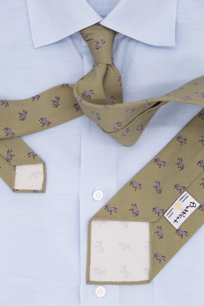 buttice-paris-naples-chemises-sartoriales-homme-coton-lin-bleue-ciel-detail-cravate-imprimee-khaki-zebre