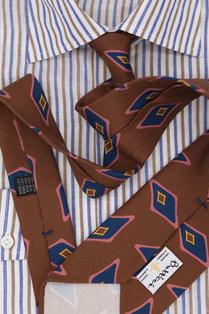 buttice-paris-naples-chemises-sartoriales-homme-coton-lin-rayures-bleu-marron-detail-cravate-marron-formes-bleues-roses
