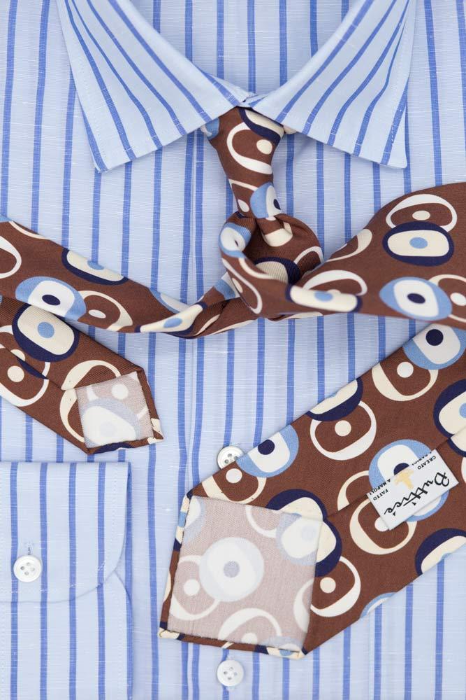 buttice-paris-naples-chemises-sartoriales-homme-coton-lin-rayures-bleues-ciel-espacees-cravate-marron-motifs-ronds