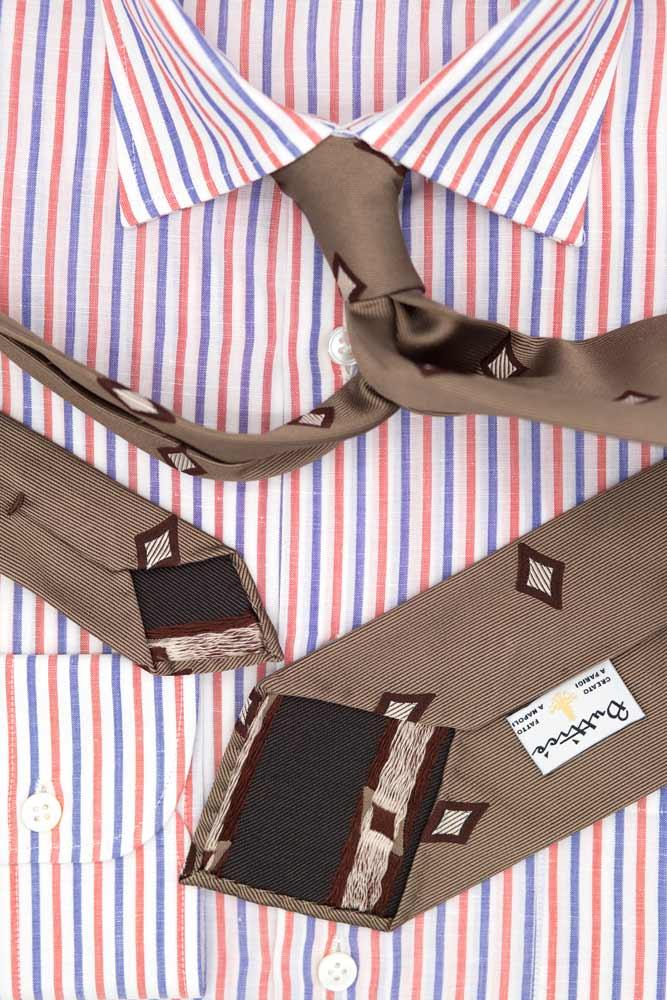 buttice-paris-naples-chemises-sartoriales-homme-coton-lin-rayures-bleues-framboise-detail-cravate-jacquard-marron-motifs-diamants
