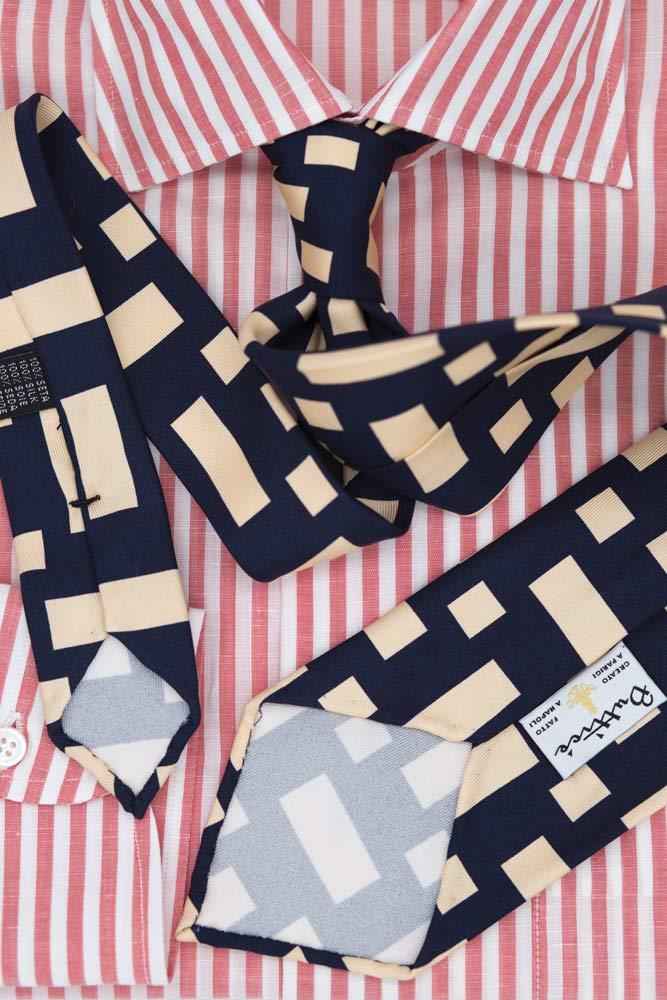 buttice-paris-naples-chemises-sartoriales-homme-coton-lin-rayures-framboise-detail-cravate-bleue-rectangles-blancs