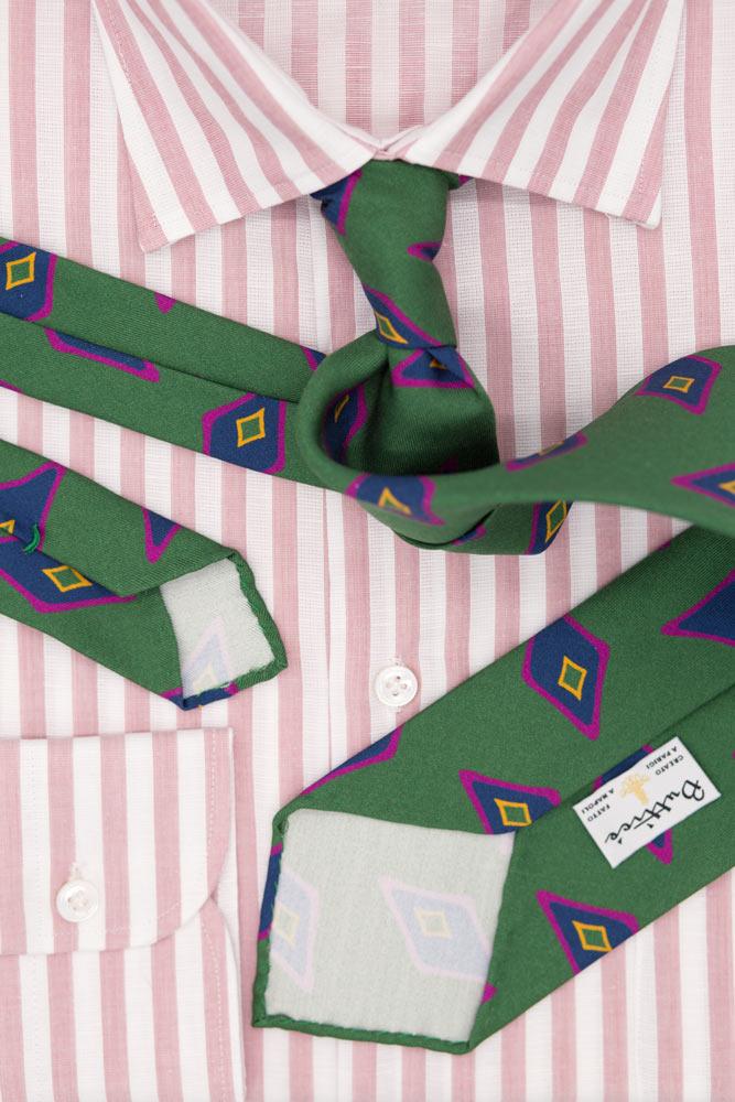 buttice-paris-naples-chemises-sartoriales-homme-coton-lin-rayures-rose-sale-cravate-verte-motifs-losanges-2