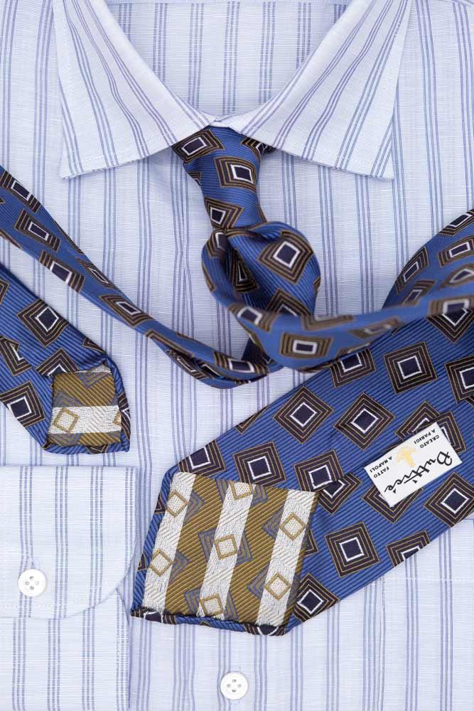 buttice-paris-naples-chemises-sartoriales-homme-coton-lin-rayures-triples-bleues-grisl-detail-cravate-bleue-jacquard-motifs-carreaux-or