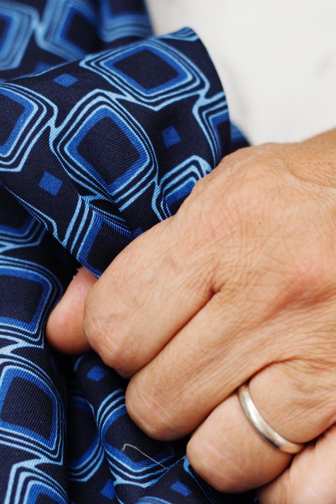 main-franco-arcuri-tissu-imprime-cravate